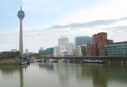 Futuristische Architektur für innovative Technik: Star-Architekt Frank O. Gehry entwarf die außergewöhnlichen Gebäude in direkter Nachbarschaft zum Düsseldorfer Funkturm. Hier eröffnete projectiondesign Deutschland sein Büro zur Betreuung der DACH-Region