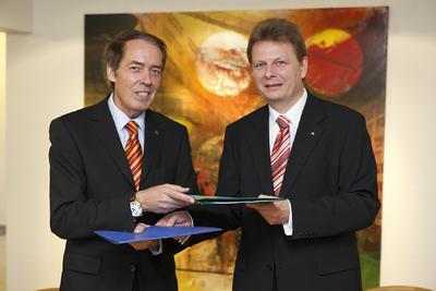 Übergabe des unterzeichneten Kooperationsvertrages: Hermann W. Brennecke, Vorsitzender der Geschäftsführung der Grundfos GmbH, und Ralph-Peter Hänisch, Vorsitzender der Geschäftsführung der DB Services (v.l.n.r.)