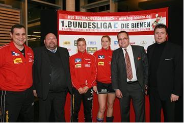 von links: Lazar Cojocar (HSG Trainer), Horst-Dieter Dötsch (Z MOBILITY Chauffeur), Laura Schmitt und Martina Halasova (HSG Spielerinnen), Alfred van der Werf (Z MOBILITY Frankfurt), Matthias Suffel (HSG Teammanager)