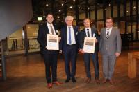 Michael Sander (r.) als Geschäftsführer des Kupferinstituts übergab den Kupfer-Preis zusammen mit Dr. Michael Köhler (2.v.l.), der dem Industrieausschuss des Instituts vorsitzt, an Tim Mittler (l.) und Thomas Greß .