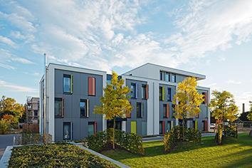 Klimabewusst wohnen auf 3-Liter-Haus-Niveau: Die Klimaschutzsiedlung in Mönchengladbach verbindet bauliche und anlagentechnische Maßnahmen zu einem zukunftsweisenden Gesamtkonzept / Bildnachweis: Schüco International KG