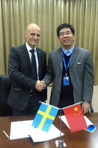 Mikael Lindholm, Head of Region APAC, Telenor Connexion and Dr. Zhou, CEO at CIMC IoT signing an agreement for connected business solutions /  Photographer / Source: Telenor Connexion