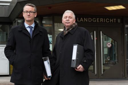 Jochen Eschborn (r.), Vorsitzender der ELVIS AG, und Dr. Moritz Lorenz, prozessbegleitender Anwalt, haben heute im Namen der ELVIS AG eine 176-Mio.-Euro-Klage gegen die Daimler AG wegen Beteiligung am Lkw-Kartell eingereicht (Foto: ELVIS AG)