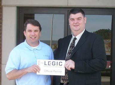 Brad Rollans, Verkaufsgebietsleiter bei LEGIC für Nordamerika, und Jason Buckman, Inhaber von SBD Companies (von links nach rechts), freuen sich auf eine erfolgreiche Partnerschaft