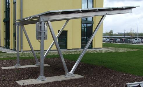 Solar-Carport von Schletter. Elektroautos können auf solchen überdachten Stellplätzen während des Parkens gleich Strom tanken. Die stabilen Konstruktionen halten z.B. schwerem Nass-Schnee und hohen Windlasten stand