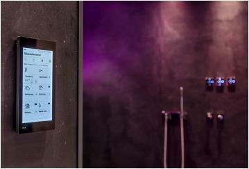 Mit dem Multitalent für die Gebäudetechnik, dem G1 von Gira, werden intuitiv und komfortabel per Fingertipp oder Geste Szenen oder einzelne Funktionen bedient / Bild: Connected Comfort