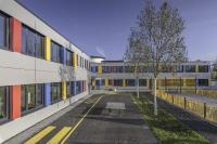 farbige Blindelemente zur Akzentuierung des Fassadenbilds