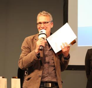 """Einer der glücklichen Gewinner des Telematik Awards 2015: Dr. Thomas Schweer, Geschäftsführer der IfmPt Verwaltungs-GmbH, wurde für die Telematik-Lösung """"PRECOBS"""" in der Kategorie Sicherheits-Telematik ausgezeichnet / Bild: Telematik-Markt.de"""