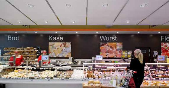 LEDs only: the first SPAR climate-protection supermarket was opened in Vienna, fitted with nothing but LED luminaires by Zumtobel. At the fresh-product counters, SL 1000 semi-recessed LED downlights provide high-quality, gentle illumination of the goods displayed