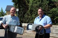 (von links): Syna-Kommunalmanager Uwe Steinebach und Bürgermeister Peter Blum vergleichen alte und neue Leuchtenköpfe