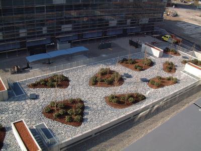 """Eine besondere Dachgestaltung zeigt die Tiefgarage des Businessparks in Wallisellen. Dieser liegt am so genannten """"Softwarekreisel"""" an der Industriestraße ganz in der Nähe des Flughafen Zürich-Kloten"""