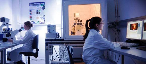 Ramona Ring & Lu Dao von der Gruppe Dr. Franz in Karlsruhe bei der Nutzung des JPK NanoWizard® Systems