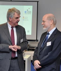 Holger Ansmann (MdL, SPD) und Clemens Arnold-Hoffman (Vorstand IBB) im angeregten Gespräch (v.l.)