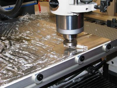 500x500 mm großes Aluminiumwerkstück wird auf einer Vakuum-Rasterplatte bearbeitet