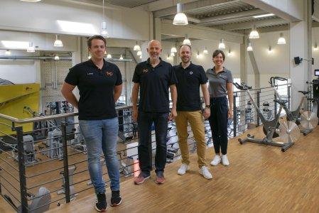 Fetzer + Pfund in Kempten ist eine von über 4.000 Sport- und Gesundheitseinrichtungen in ganz Deutschland, in der CERATIZIT-Mitarbeiter jetzt kostengünstig trainieren können. CERATIZIT-Projektleiterin Ramona Haertle (r.) und Hannes Götze von qualitrain (3.v.l.) haben sich das Trainingsangebot gemeinsam mit Geschäftsführer Robert Pfund (2.v.l.) und Linus Ernst, Bereichsleiter Gesundheit f+p, angesehen