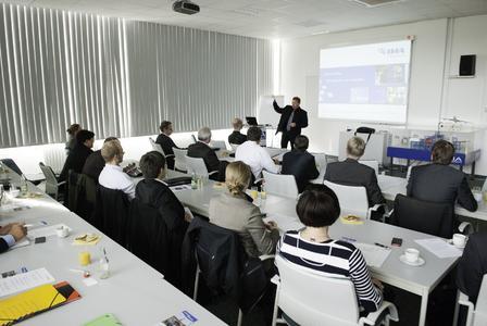 """Prof. Dr.-Ing. Jens Ridzewski, CC Ost Vorstand und Abteilungsleiter Kunststoffe der IMA Materialforschung und Anwendungstechnik GmbH, gab bei der Sitzung der Arbeitsgruppe """"Multi-Material Design"""" des CCeV in Dresden eine Einführung in die Arbeit seines Unternehmens"""