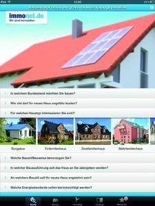 Gemütlich auf dem Sofa sitzen und mit der Immonet Hausbau-App Hausanbieter finden und gratis Hausbau-Kataloge bestellen