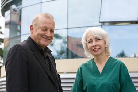Leonard Lansink mit der medizinischen Leiterin der Dentaprime-Klinik Dr. Regina Schindjalova