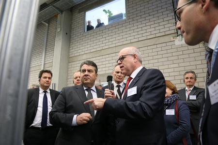 Rainer Hundsdörfer, Vorsitzender der ebm-papst Geschäftsführung, mit Sigmar Gabriel im Gespräch zu Industrie 4.0