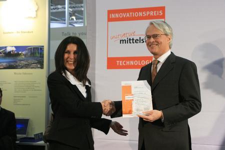 SAP Vorstandsmitglied Peter Zencke nimmt den INNOVATIONSPREIS 2008 aus den Händen von Beate Heider, Mitglied der Geschäftsleitung des Huber Verlag für Neue Medien GmbH, entgegen.