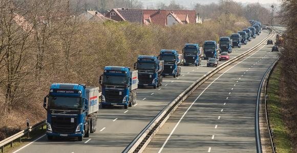 Ein eindrucksvolles Bild auf der Straße: 33 neue Volvo Trucks auf dem Weg zum Baustoffhändler Othmer in Bad Münder. Foto: Tobias Wölki / Volvo Trucks