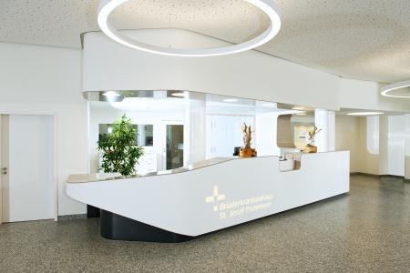 Rosskopf + Partner fertigte für das Brüderkrankenhaus St. Josef in Paderborn einen Tresen aus Mineralwerkstoff.