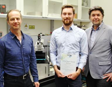 Jonas Higl (middle) received the 2017 Paper Award certificate from WITec marketing director Harald Fischer (left). Right: Mika Lindén