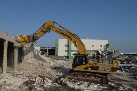 Acht schwere Hydraulik-Anbaugeräte von Atlas Copco bei Großabbruch in Rutesheim