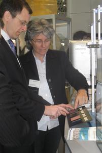 Prof. Dr. Antonia B. Kesel (Hochschule Bremen) demonstriert dem Bremer Wirtschaftssenator Martin Günther das Modell des Antifouling-Teststands