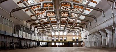 Leere Fabrikhalle: Was müssen Unternehmen bei einem Umzug beachten? (Bild: Foto-Rabe auf Pixabay)