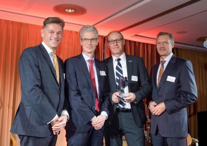 Der wichtigste regionale Wirtschaftspreis wurde SIEB & MEYER im Rahmen einer Galaveranstaltung am 9. November 2018 verliehen Von li.: Lutz Lehmann-Bergholz (Vorstand Wirtschaftsforum Lüneburg), Markus Meyer und Torsten Blankenburg (SIEB & MEYER AG), Ralph Matzen Vorstand Wirtschaftsforum Lüneburg)