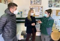 Tim Wenzel und Janina Thiele vom Software-Unternehmen slashwhy besichtigen im Rahmen der Spendenübergabe an den Hamburger Tierschutzverein das Tierheim Süderstraße.