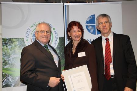Silvia Ziolkowski bei der feierlichen Urkundenüberreichung. (von links: Dieter Härthe, Silvia Ziolkowski, Prof. Dr. Thomas Straubhaar)