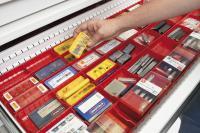 Hunderte verschiedener Werkzeuge werden übersichtlich in Lagerboxen organisiert.