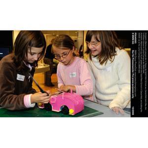 Annkatrin, Marina und Lisa aus der 4. Klasse der Adolf-Rebl-Schule aus Geisenfeld beim Bau des 5.000sten Autos im Junior Campus der BMW Welt