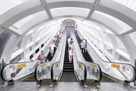 Die Station Shenzhen North hat insgesamt 11 Bahnsteige und wird von 20 Linien angefahren, eröffnet wurde sie im Jahr 2011. Bis heute lieferte ThyssenKrupp insgesamt 888 Personenbeförderungsanlagen an die Metro Shenzhen
