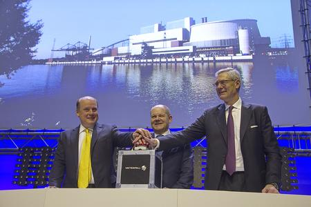Tuomo Hatakka, Vorsitzender der Geschäftsführung der Vattenfall GmbH, Hamburgs Erster Bürgermeister Olaf Scholz und Magnus Hall, Präsident und Vorstandsvorsitzender von Vattenfall bei der offiziellen Einweihung des Kraftwerkes Moorburg