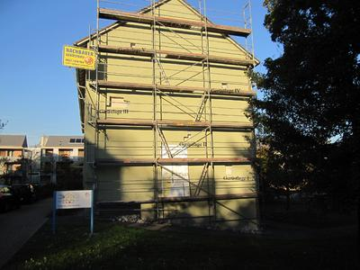 Südwest-Fassade des Drei-Liter-Hauses mit repräsentativen Öffnungsstellen zur Probenentnahme des WDVS