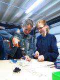 Die Schülerinnen Lisa (li.) und Leonie arbeiten an einem Werkstück. © Caverion GmbH