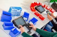 """Montagearbeitsplätze mit RFID-Lesern und Mitarbeiterassistenzsystemen im Planspiel """"Industrie 4.0 aus dem Koffer"""""""