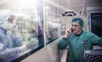 Anruf im Reinraum: Alexander Neiwert stimmt mit einem Kollegen Details für die Produktion ab
