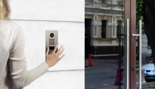 Kontaktlos klingeln mit DoorBird D2101WV / Contactless IP Door Station DoorBird D2101WV.   Bildquelle / Photo: Bird Home Automation GmbH