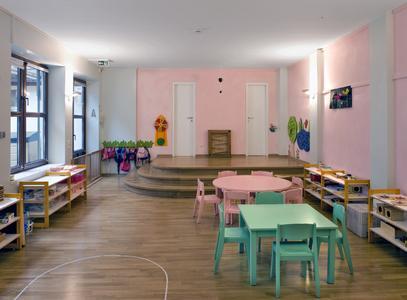 Montessori-Kinderzentrum in Frankfurt/Sachsenhausen: In diesem Raum für Krippenkinder waren die pastellfarbig lackierten Stühle vorhanden. Die rosa Wände korrespondieren mit dem Mobiliar. Auch passen sie zur roten Gruppe, die diesen Raum nutzt, Foto: Caparol Farben Lacke Bautenschutz