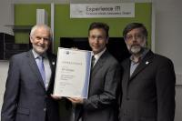 Bei der Übergabe der Urkunde: Prof. Andreas Reuter, Dr. Thilo Schenk (IHK) und Dr. Siegfried Kunzmann. Foto: EML.