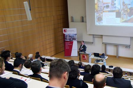 Dr. Wolfram Knapp bei seinem Vortrag im voll gefüllten Plenum (Foto: Hochschule Landshut)