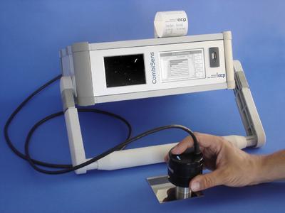 """Das neue Inspektionssystem """"CombiSens"""" der acp GmbH ermöglicht die schnelle, einfache und zerstörungsfreie Erkennung und Quantifizierung von partikulären Verunreinigungen, beispielsweise Späne und Staub, sowie filmartigen Schichten wie etwa Öle, Fette."""