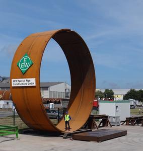 Bis zu 10 Meter Durchmesser: Die XXL-Rohre dienen als derzeit kostengünstigste Fundamentstruktur für Offshore-Windparks. (Foto: EEW SPC)