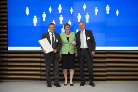 The winner for 2015: KS ATAG TRIMET Guss GmbH of Harzgerode. Parliamentary state secretary Iris Gleicke with Hartmut Galenski (left) and Frank Wenzel (right) © BMWi/Maurice Weiss
