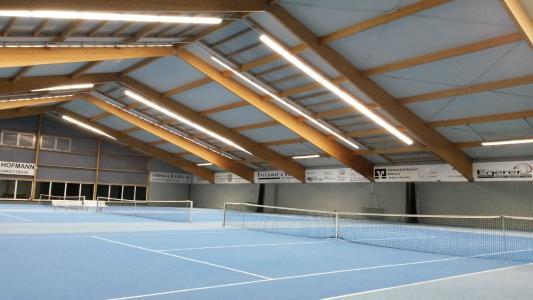 Tennishallen ballwurfsicher beleuchten