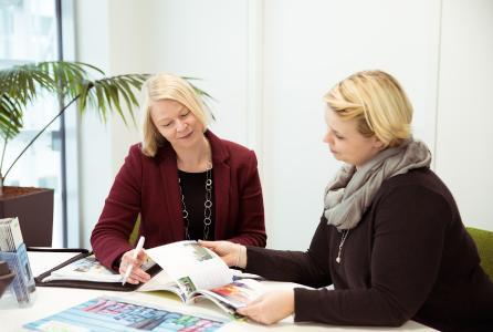 Die Verantwortliche für das WAGO-Family Programm, Julia Bunte (links), im Beratungsgespräch mit Mona Büsching